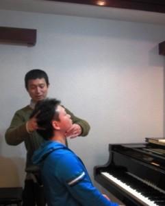 ピアノ奏者に指導中