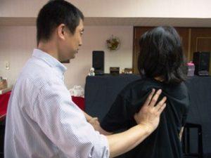 小指の動きの解放 小指がつっぱらないで動くためには、肩甲骨・肩を外側に解放する必要がある。