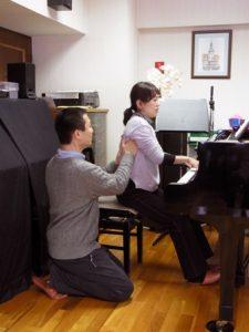 ピアノ演奏-脇の下へのディレクション