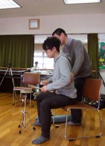 胴体からのうねりでドラムを演奏する