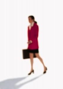 重い鞄を持って歩く営業中の女性に役立つアレクサンダーテクニークとボディマッピング