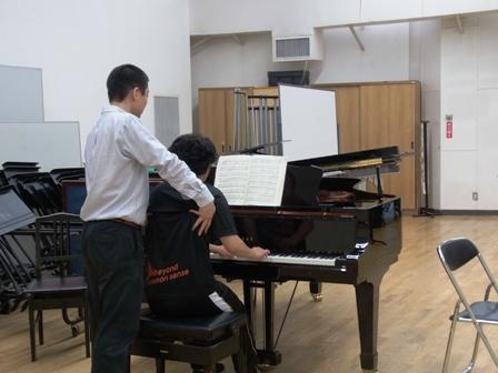 ピアノを演奏される生徒さんとワークする