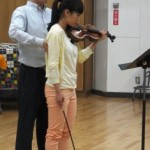 ヴァイオリンを構える