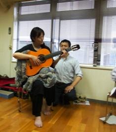 """ギター演奏:首が自由に、頭が""""前に上に"""""""