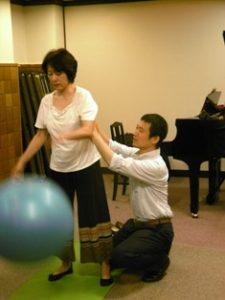 全身がのびやかなまま、特にわきの下を押し下げないと、ボールの弾み方が変わる