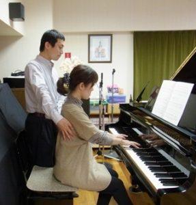 ピアノ演奏のときに全身を伸びやかにする