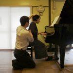 """ピアノ演奏-アフター 少し""""押し下げ""""が始まったいる"""