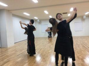 音楽のリズムに乗って踊るダンサーたち